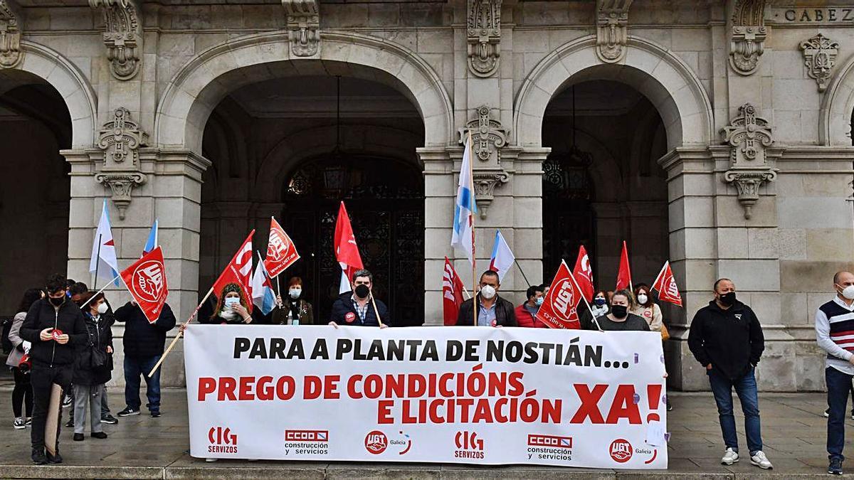 Trabajadores de la planta de Nostián, ayer, en María Pita.   | // VÍCTOR ECHAVE