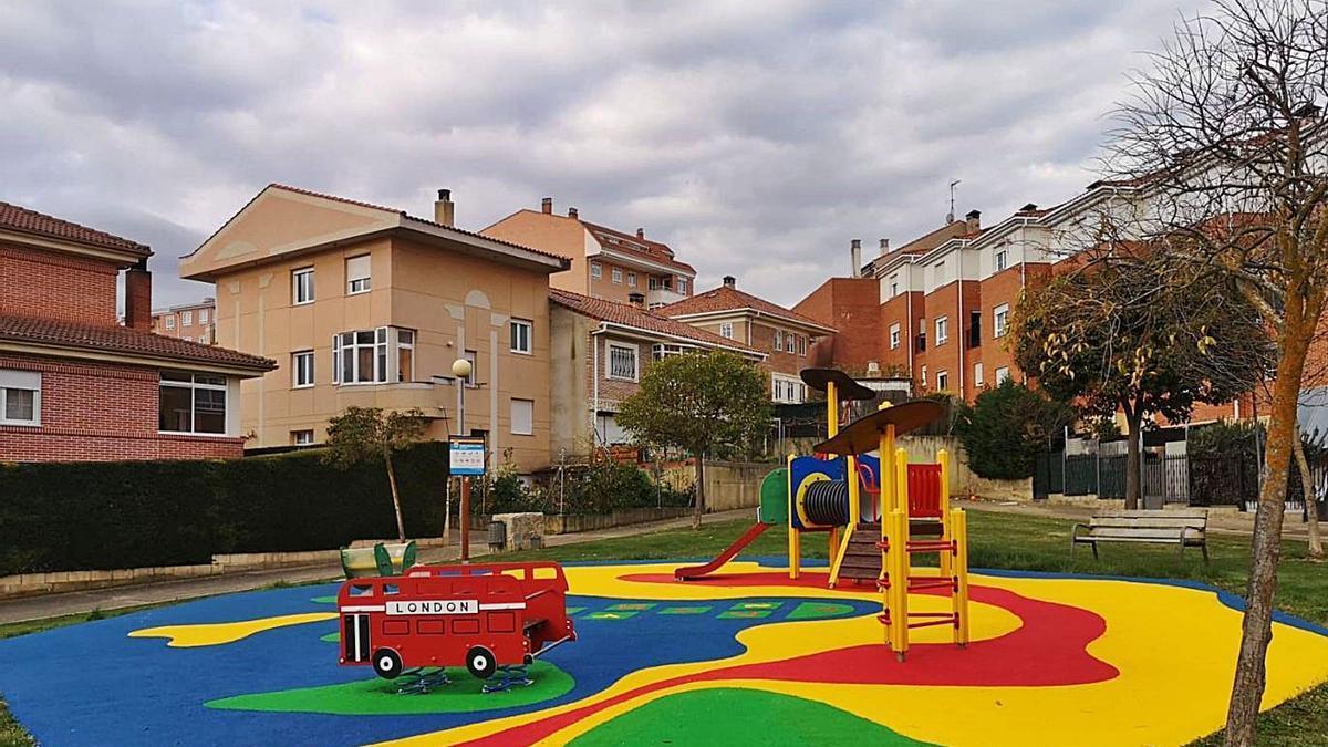 Uno de los parques infantiles del barrio de El Pinar de Benavente.