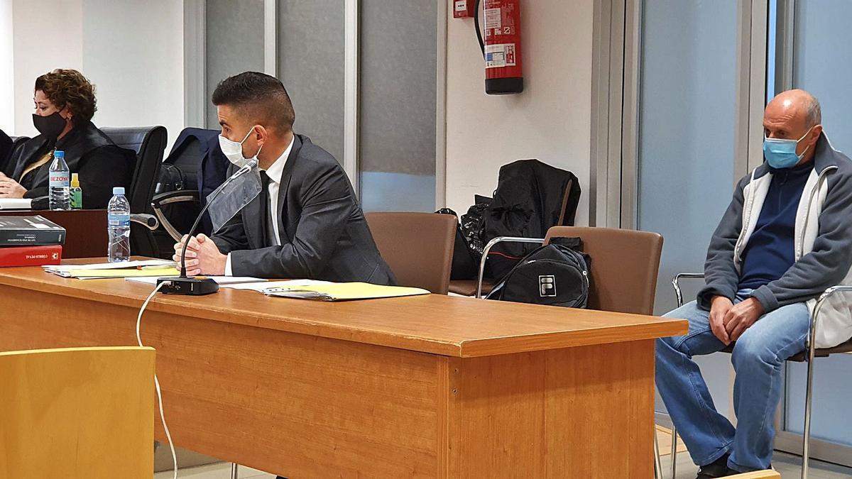 El acusado declarado culpable de asesinato, a la derecha, y a la izquierda las acusaciones y la defensa.