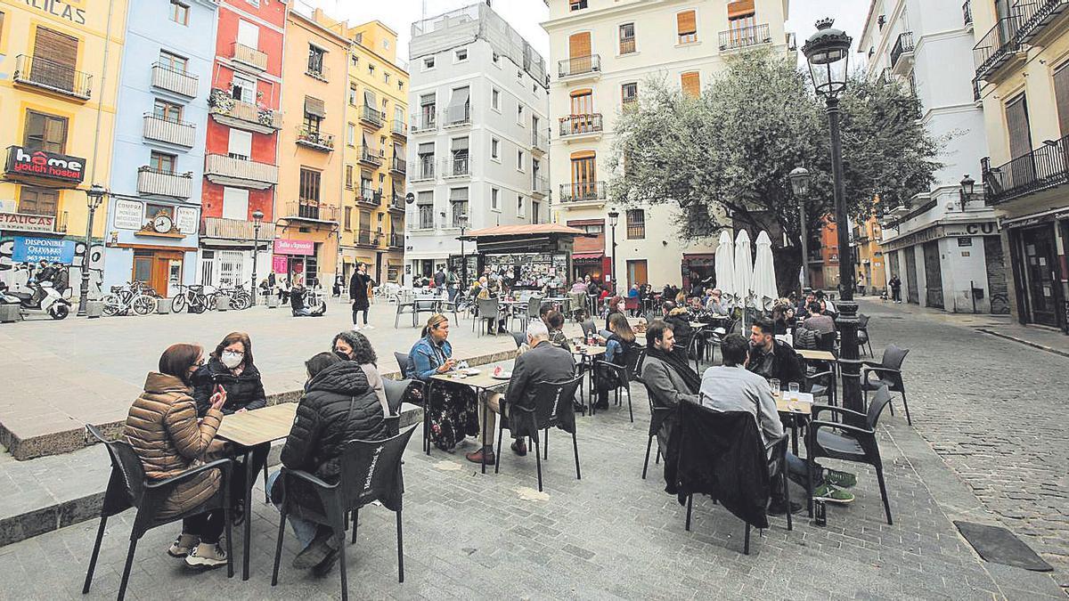 Ambiente en las terrazas de hostelería  de la plaza del doctor Collado de  València. EDUARDO RIPOLL