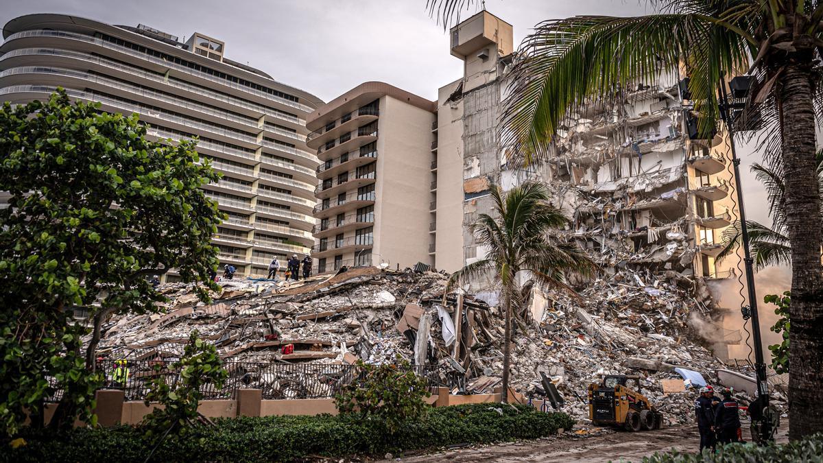 Aumentan a cinco los muertos por el derrumbe de un edificio de Miami-Dade.