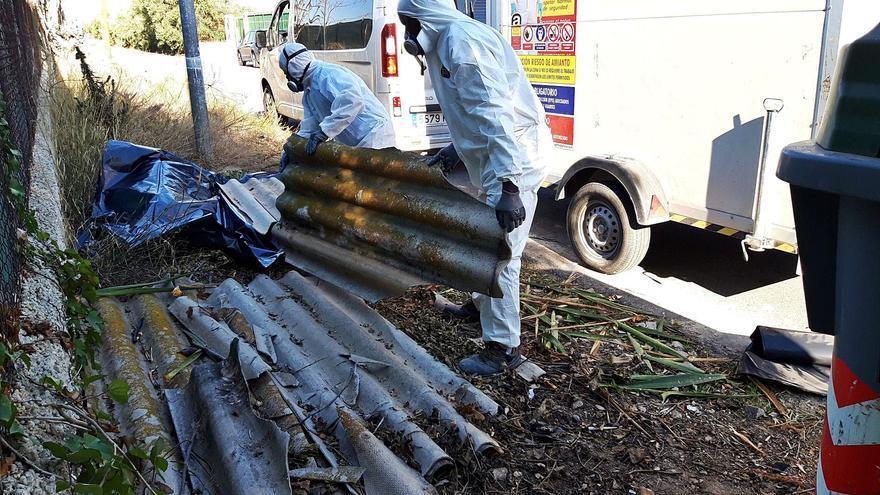 Plan de choque en Murcia para retirar de la vía pública los restos abandonados de fibrocemento