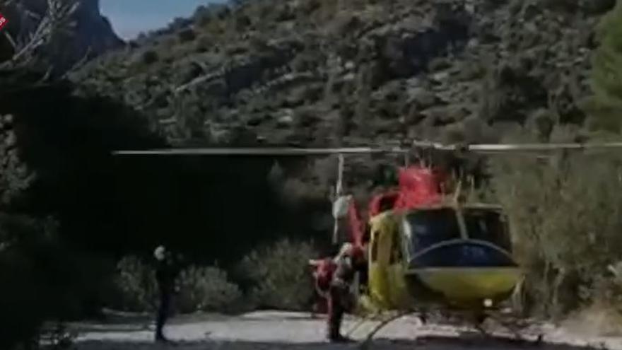 Los bomberos rescatan en helicóptero a una mujer accidentada en el Barranco del Infierno