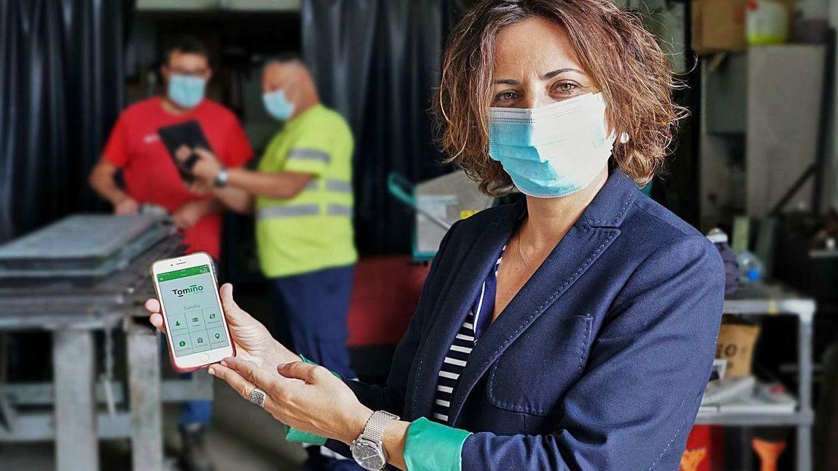 """La alcaldesa de Tomiño, Sandra González, muestra la aplicación """"Liña Verde""""."""