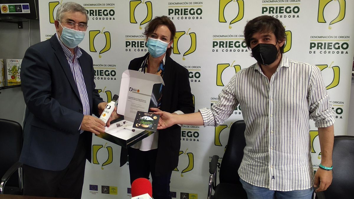 Francisco Serrano, María Luisa Ceballos y Sergio de Lope, en la presentación de la iniciativa promocional en Priego.