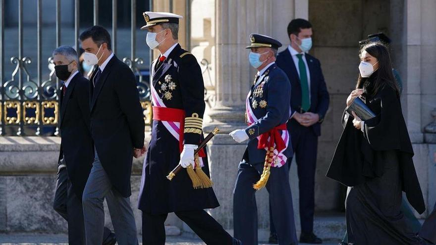 El Rey y la ministra Robles recuerdan a los ejércitos el  valor de la Constitución