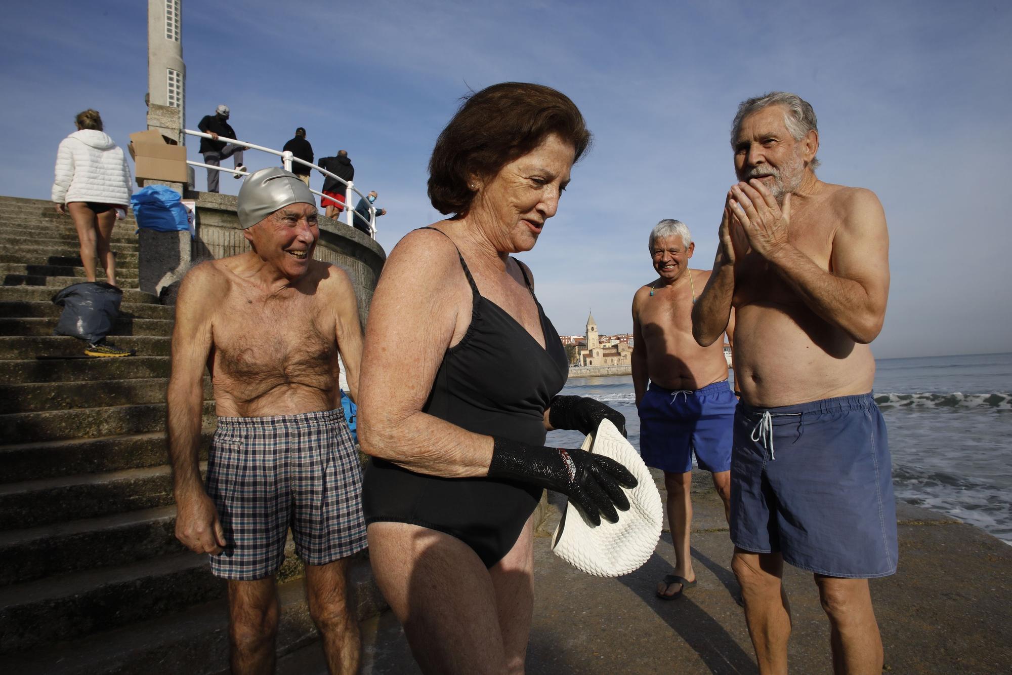Los ba�istas de la Escalerona, en la playa de San Lorenzo (7).jpg