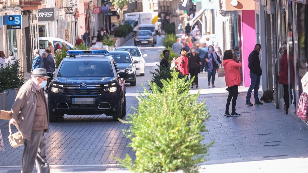 Normalidad en la céntrica calle Juan Carlos I de Elda el primer día tras aplicarse las nuevas medidas anti-covid.