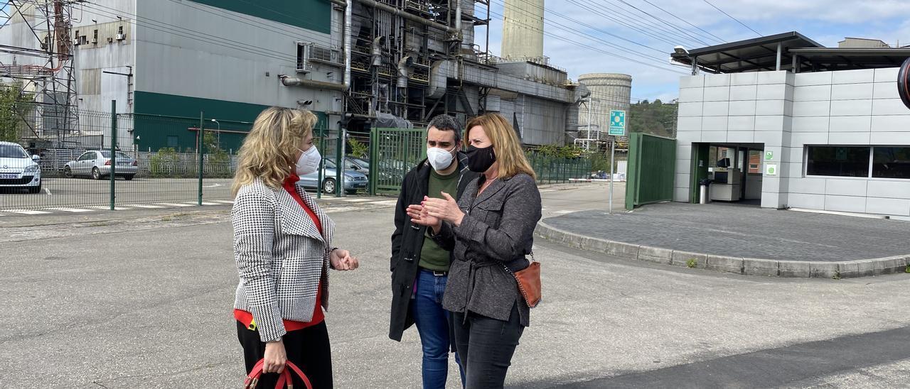 Belarmina Díaz (a la izquierda) conversa con Carmen Arbesú y Javier Álvarez, ayer, a las puertas de la térmica de Lada.