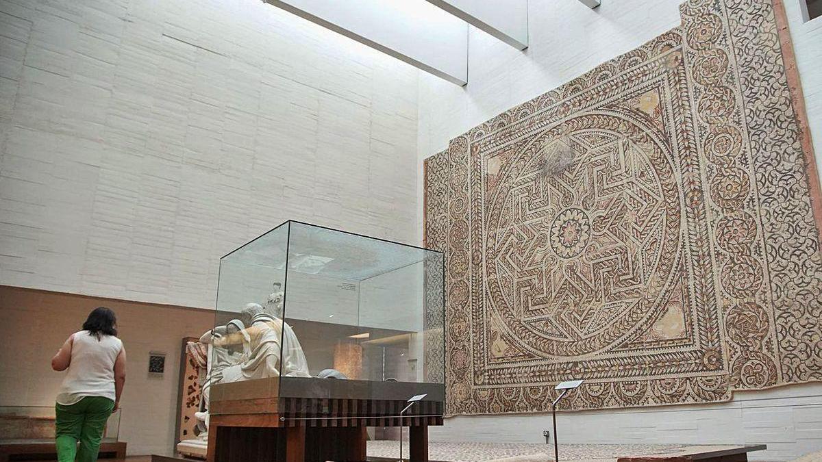 Una mujer visita la sala de Romano del Museo de Zamora .