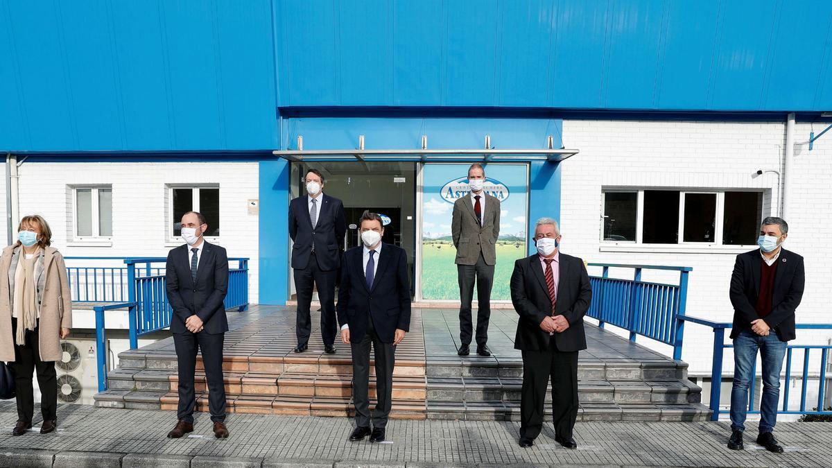 El Ministro, en CAPSA, en el centro, junto a autoridades regionales y directivos de la empresa.