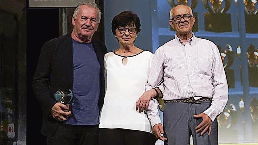 """Víctor Manuel recoge un premio con la pareja que le inspiró """"Solo pienso en ti"""""""