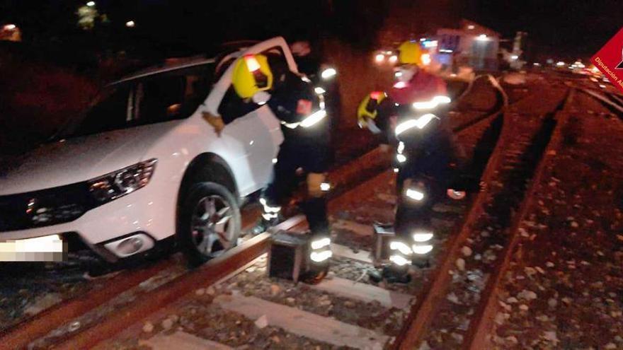 Un vehículo se mete por las vías del tren, revienta una rueda y queda atrapado en Villena