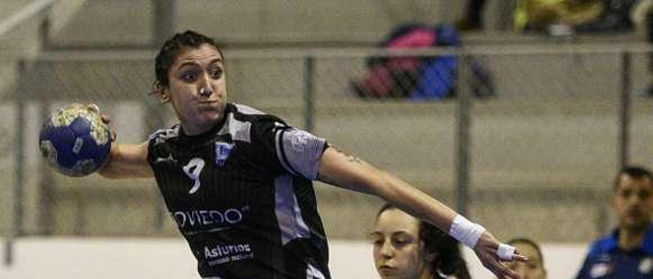Estefanía Parapar se dispone a lanzar en un partido del Oviedo Femenino en el polideportivo de La Florida.