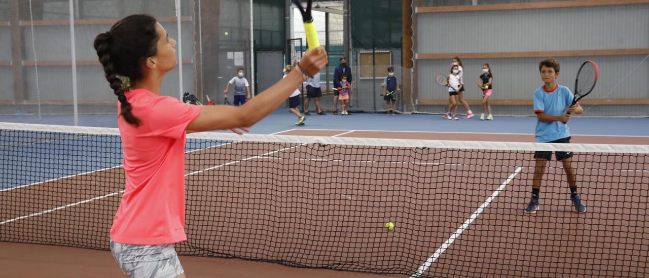 Niños jugando al tenis en el Grupo Covadonga, hoy en Gijón