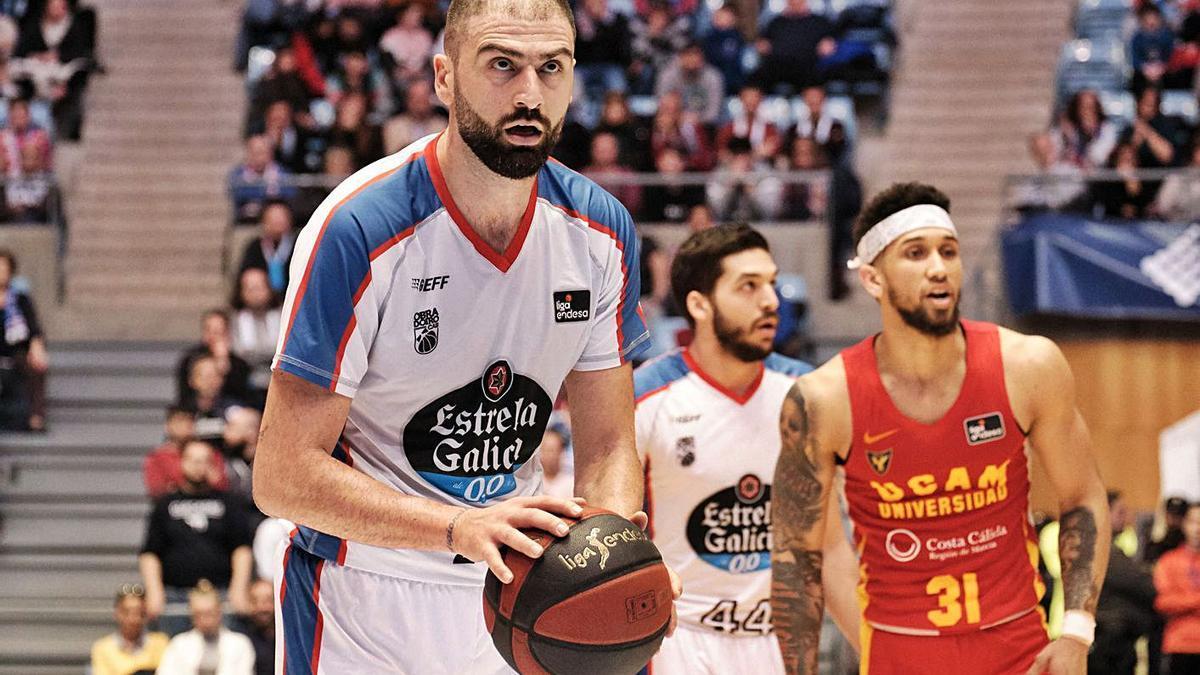 Kostas Vasileiadis, nuevo jugador del UCAM, durante un partido con el 'Obra' hace un año.    ACB PHOTO/X. CORTIZO
