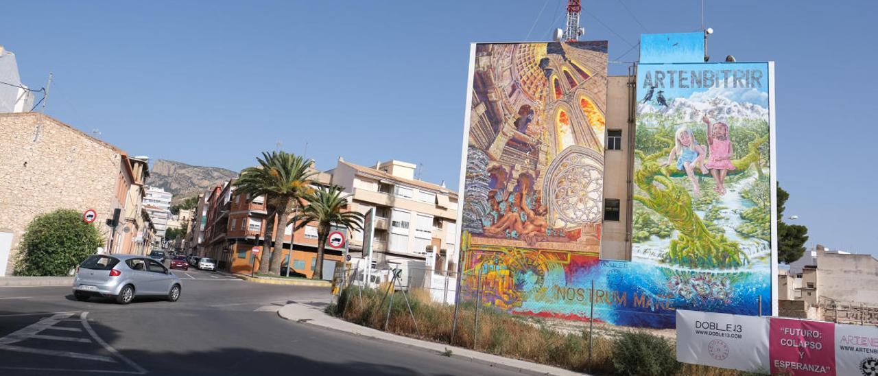 El edificio de Telefónica en Petrer con el mural de Artenbitrir.
