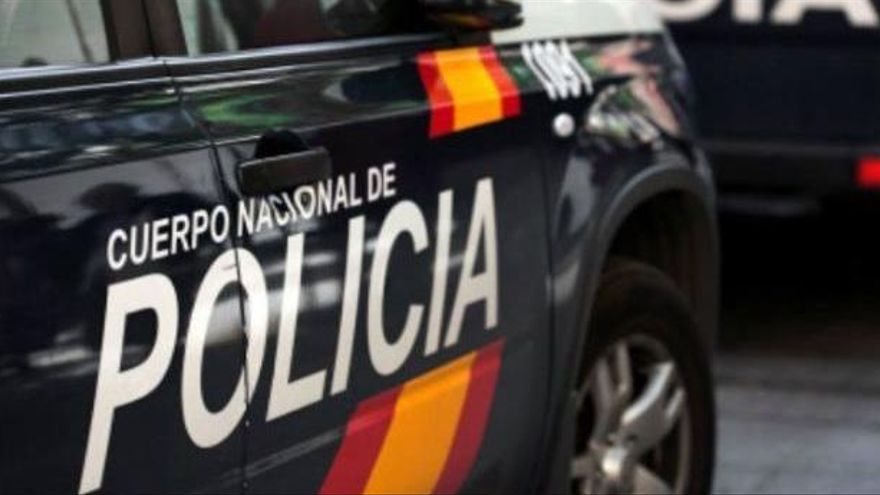La Policía Nacional detiene a una pareja cuando trataba de vender cocaína junto a un supermercado en Ronda