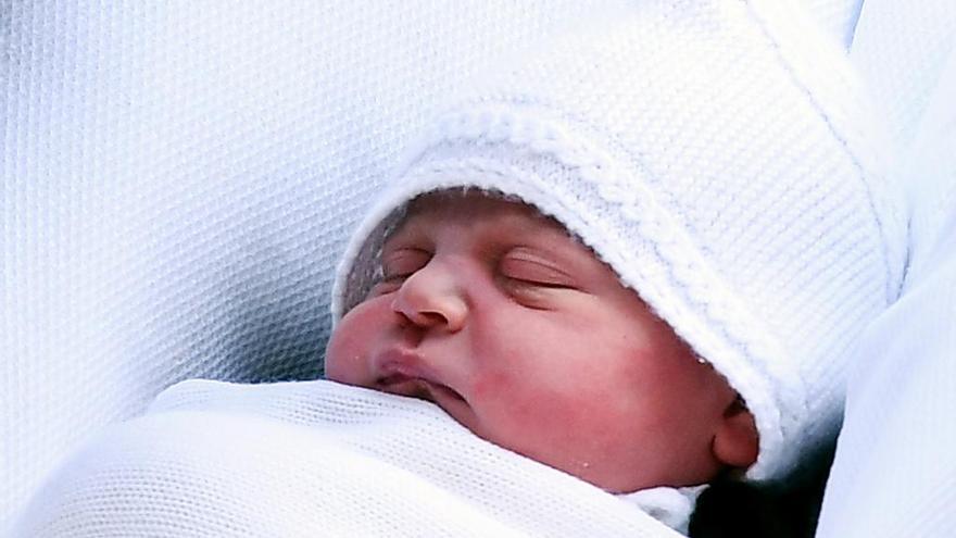 Las primeras fotos del príncipe Luis en Kensington