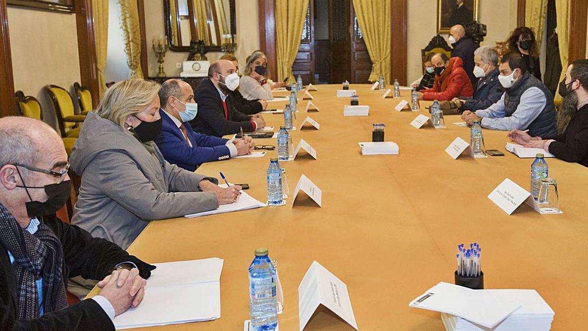 Reunión, ayer, entre miembros de la Corporación y hosteleros y comerciantes.   | // CASTELEIRO/ROLLER AGENCIA