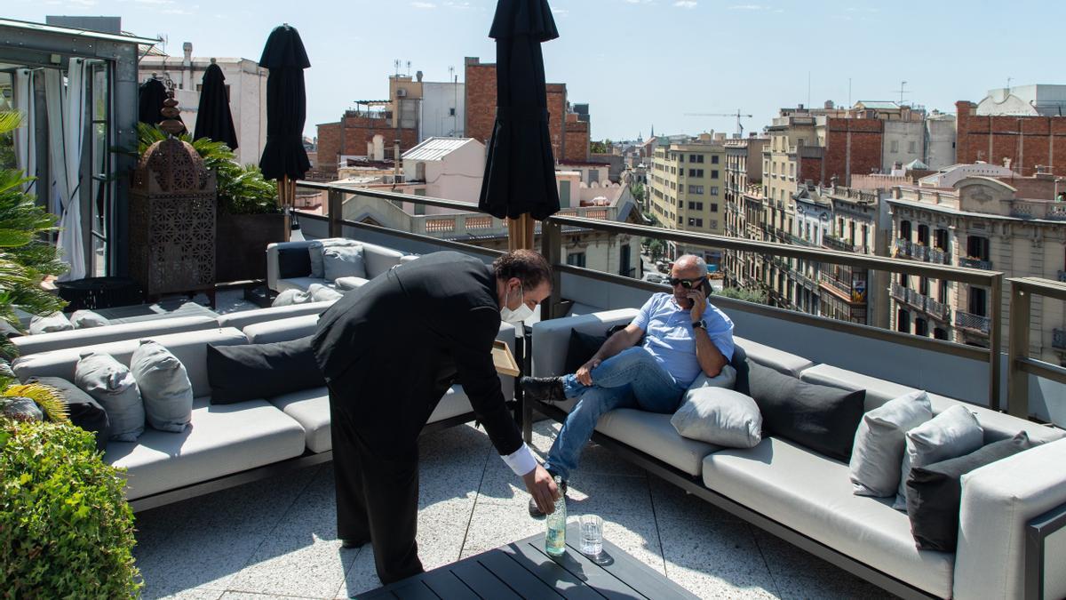 Un hombre se relaja en una terraza de Madrid.
