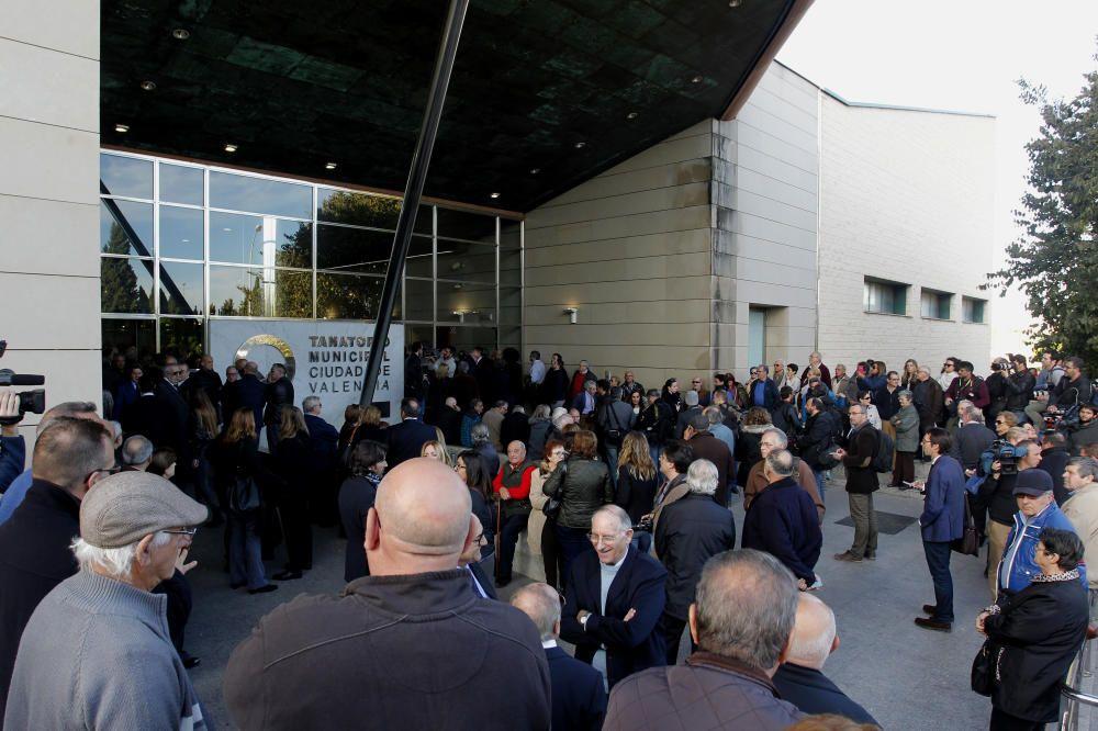 Cientos de personas se quedaron a la puerta del tanatorio por falta de aforo
