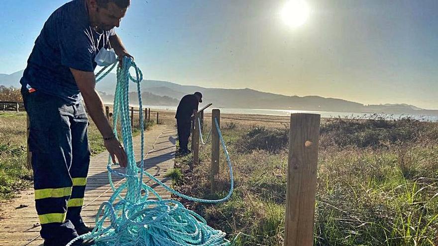 Roban las cuerdas recién colocadas en el vallado de las dunas de Nigrán