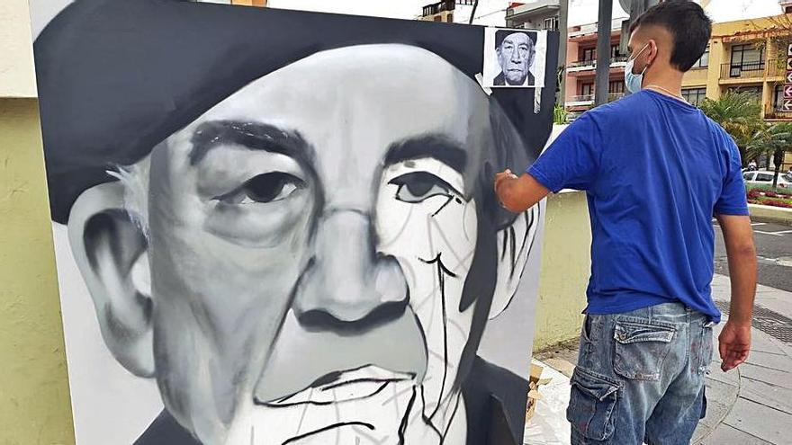 Las calles de la Villa cedieron ayer parte de su espacio a jóvenes artistas como Ayoze Jiménez (arriba), que dedicó su obra a Rafael Arozarena, o Dailos Socorro, que retrató a Pedro García Cabrera. | e.d.