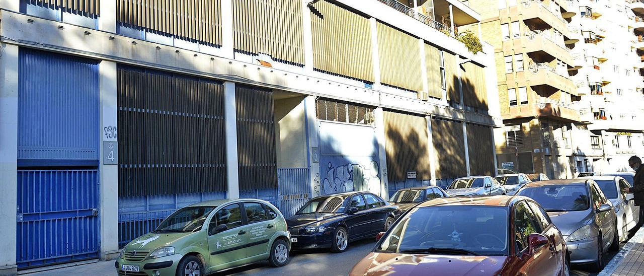 El antiguo edificio de Correos; abajo, la consellera Pascual y el alcalde González. | MATÍAS SEGARRA