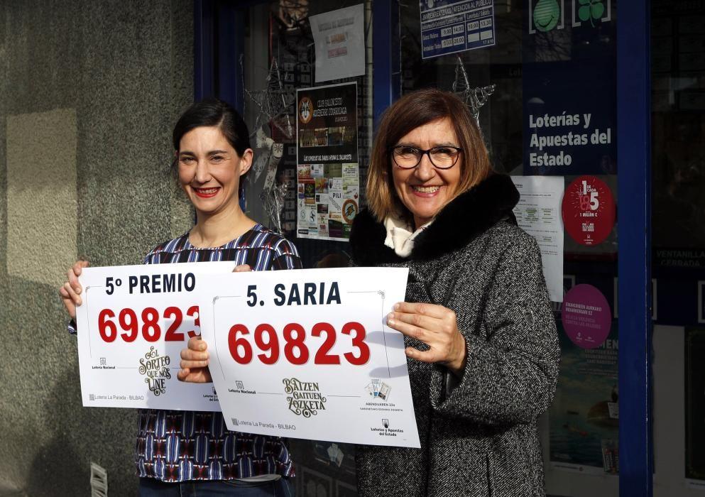 Las loteras de la administración número 35 de Bilbao, con el número premiado, ochenta series del número 69823, uno de los quintos premios del Sorteo de la Lotería de Navidad.