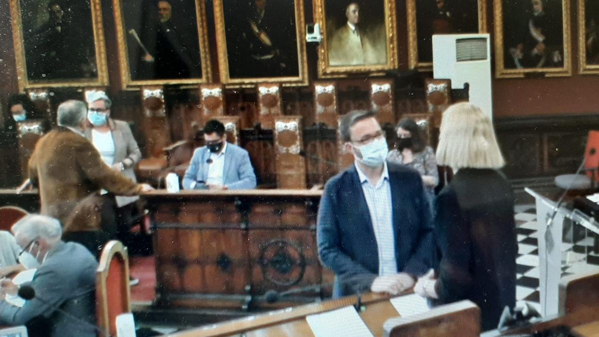 El alcalde, José Hila, habla con la portavoz de Ciudadanos, Eva Pomar, antes del inicio del pleno extraordinario de esta mañana.