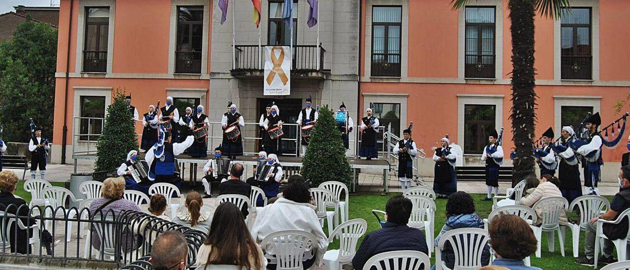 """Un momento de la actuación de la Banda de Gaitas """"Ciudad de Oviedo""""."""