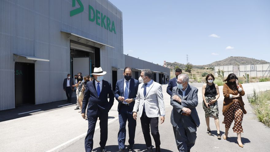 Elías Bendodo visita la sede de Dekra, en el PTA