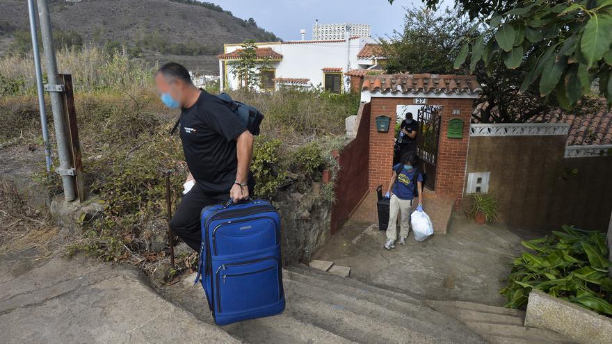 La Policía Judicial registra dos viviendas en Teror en relación al taxista desaparecido