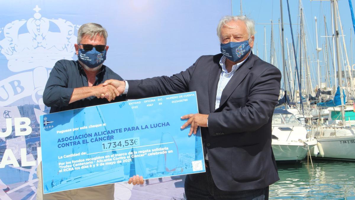 José María Guerras entrega la recaudación íntegra de la regata a Pablo Enríquez.