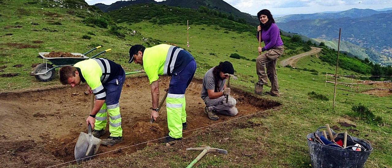 La arqueóloga Esperanza Martín revisa los trabajos, en la última campaña en Carraceo.