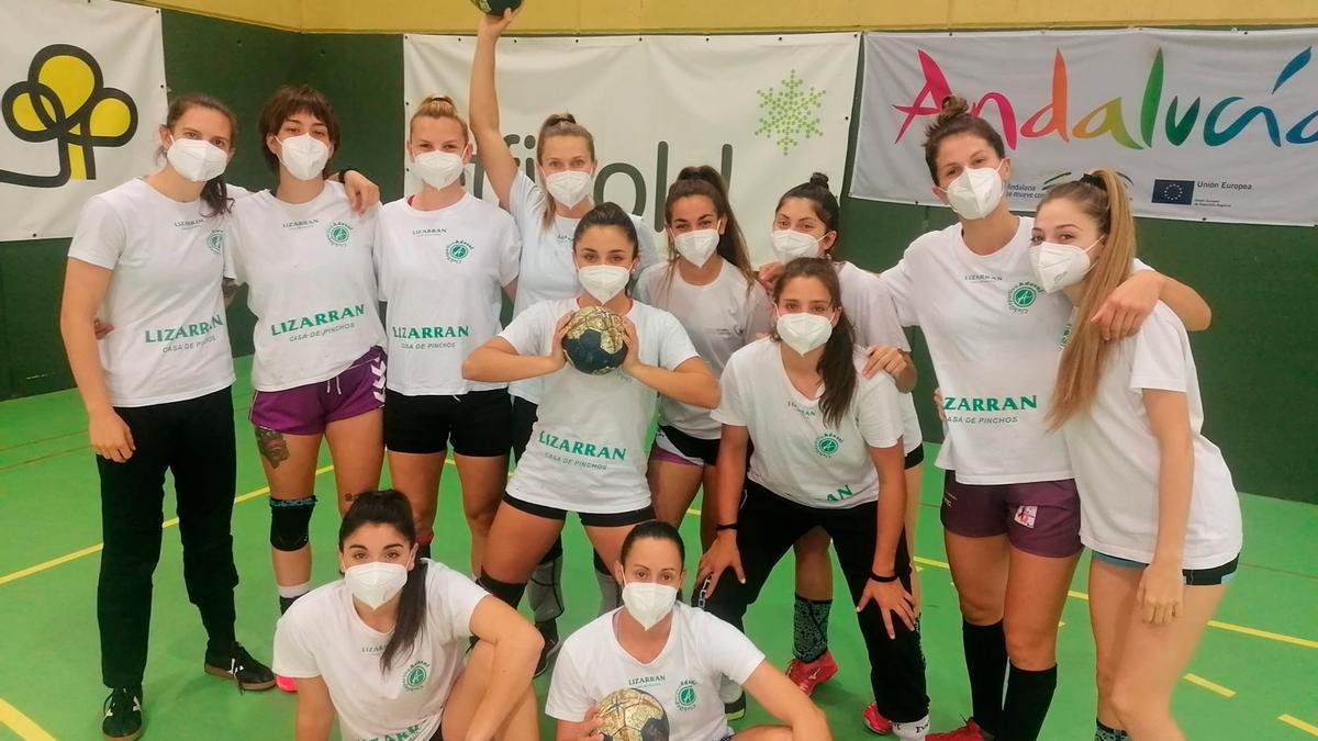 Jugadoras del Adesal de balonmano, con las mascarillas donadas por Effimed.