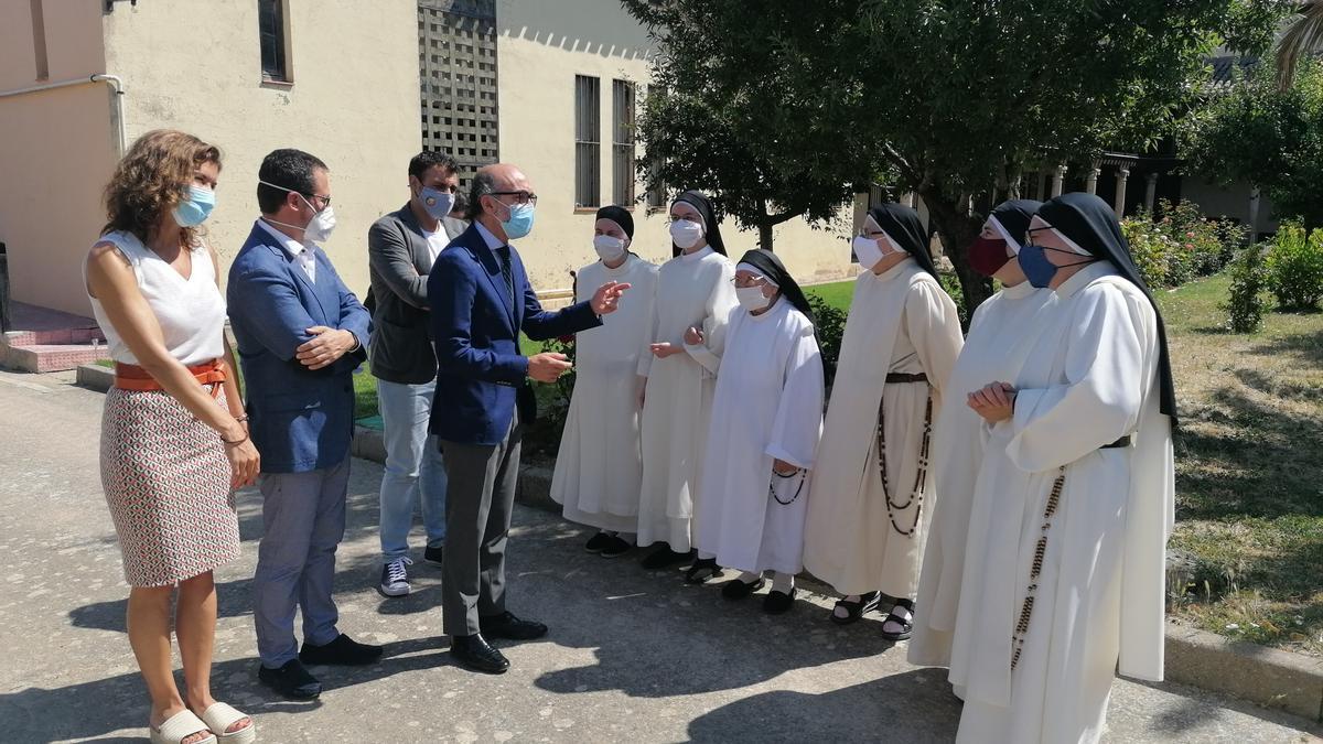 Las religiosas del convento reciben a las autoridades en uno de los patios del Sancti Spíritus