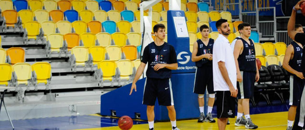 Saulo Román -botando el balón-, del CB Gran Canaria, disfrutará del campus. Además, el lituano Rokas Gadiliauskas, también del Granca, estará en el evento de la NBA.