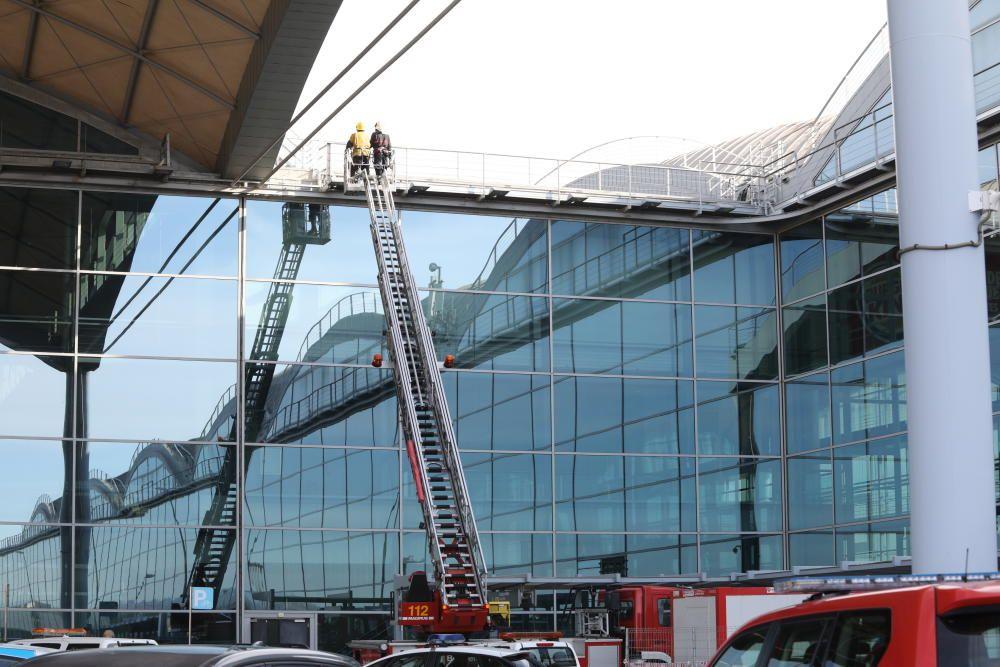 Los bomberos trabajando en la terminal