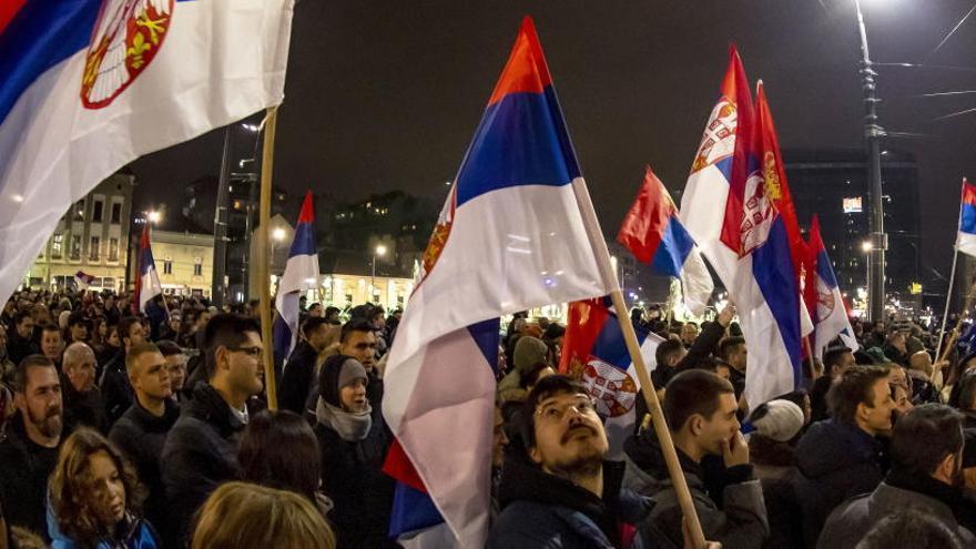 Por cuarto sábado seguido se manifiestan miles de personas contra el presidente de Serbia