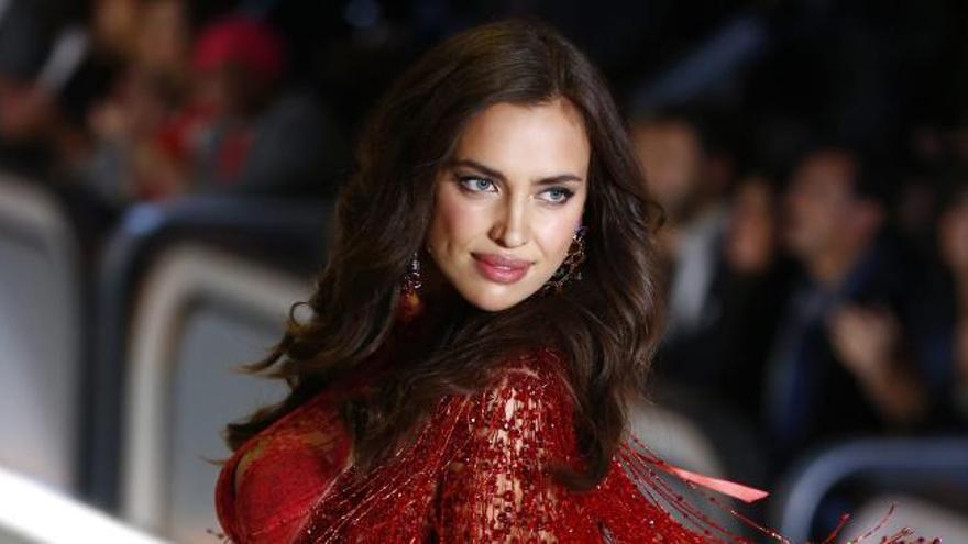 Irina Shayk luce tripita en el desfile del año
