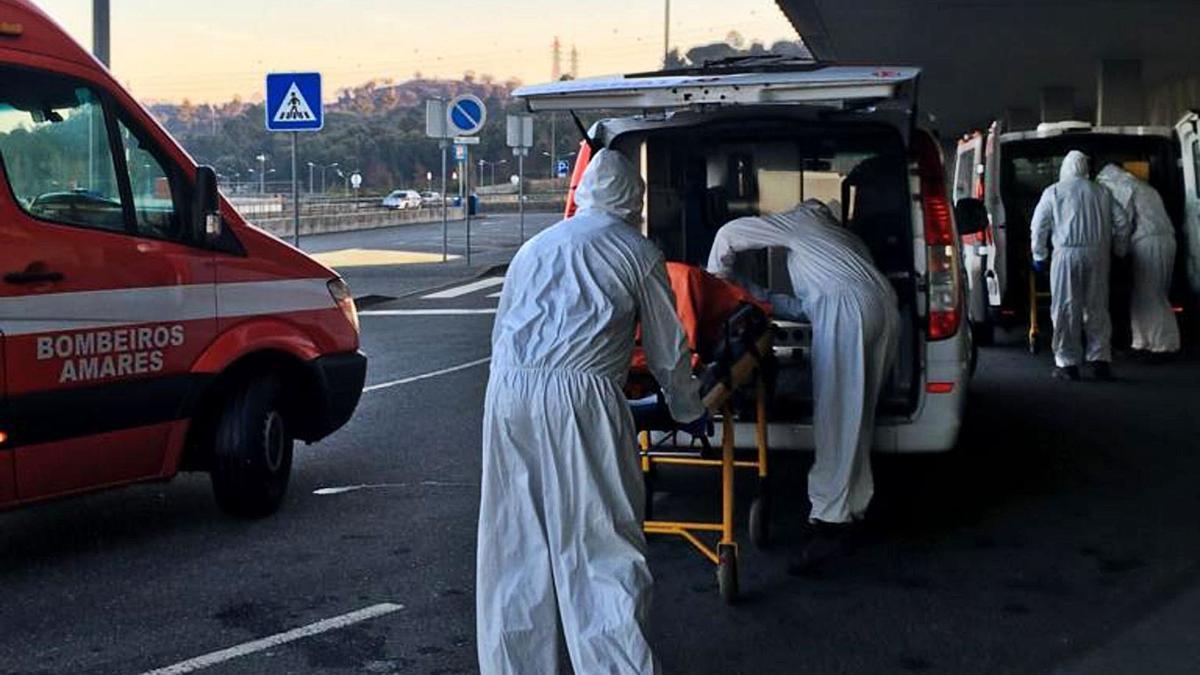Llegada de enfermos COVID al Hospital de Braga, que reforzó su morgue con un contenedor frigorífico. |   // JOAQUIM GOMES
