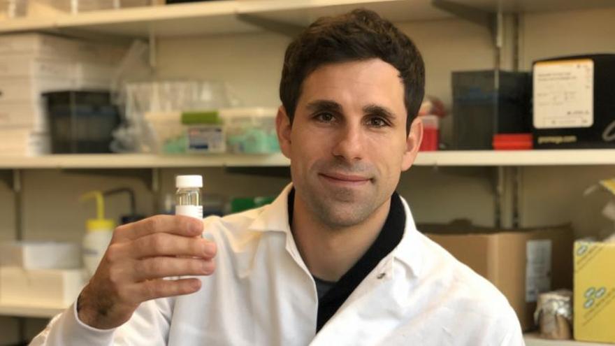 El científico coruñés César de la Fuente recibe el Premio Langer a la innovación