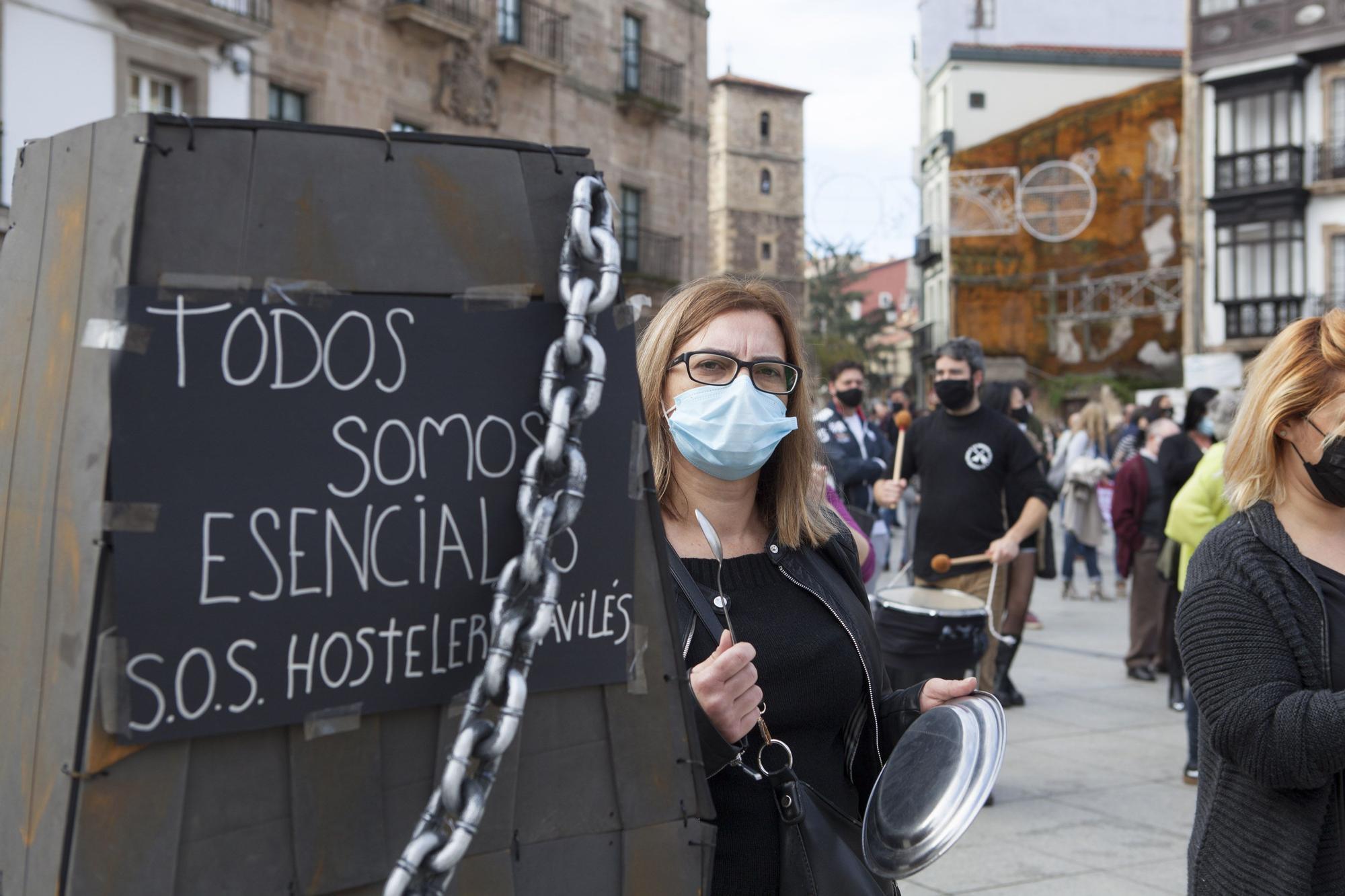 La hostelería de Avilés muestra en la calle su situación crítica.