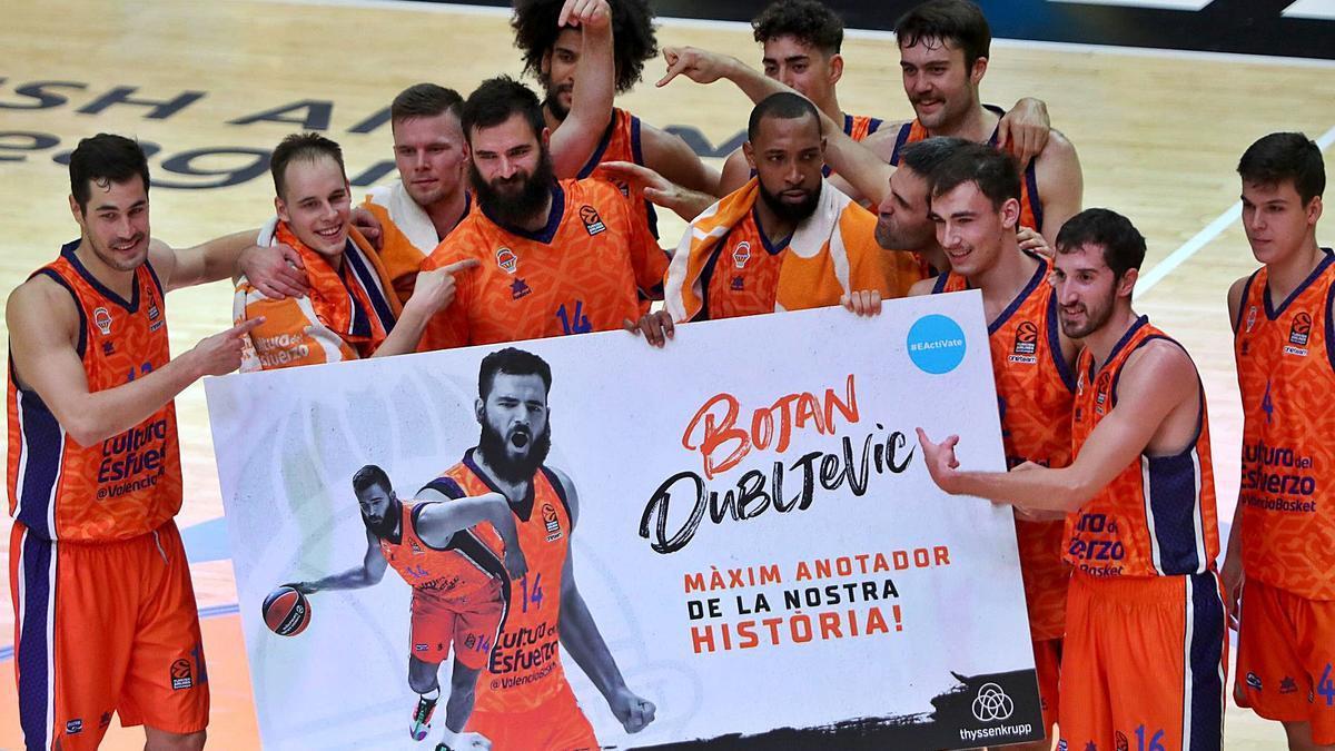 Bojan Dubljevic es felicitado por sus compañeros, una vez superado el récord. | F.CALABUIG