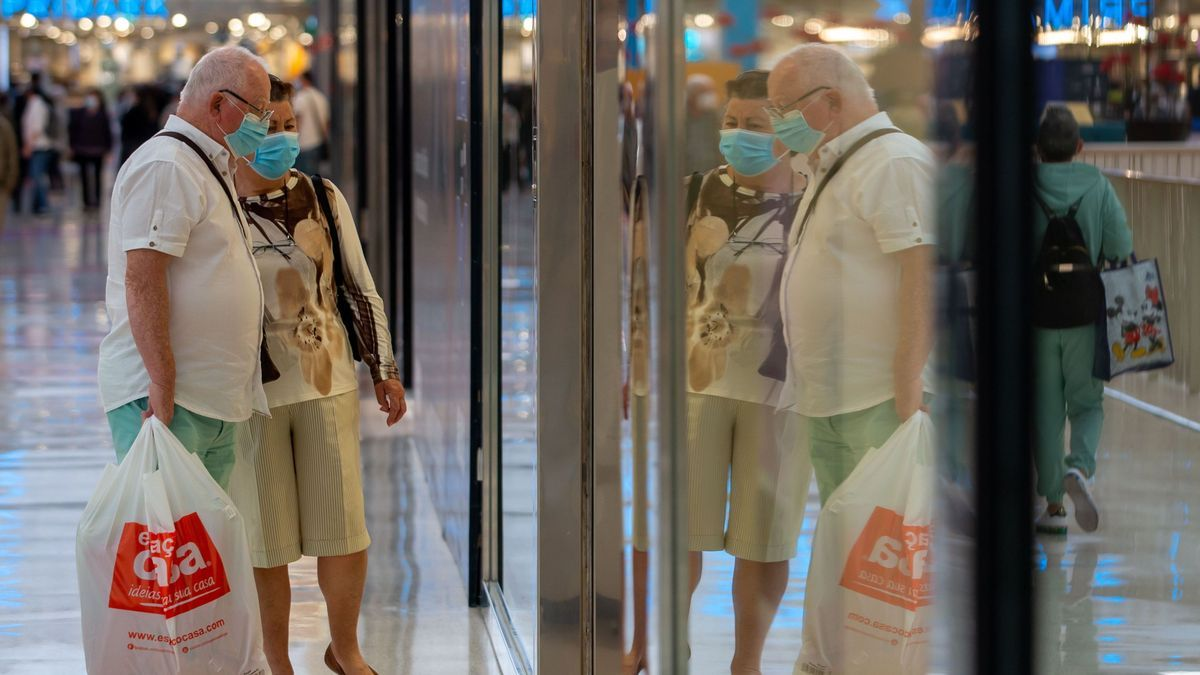 Una pareja observa un escaparate en un comercio de Lisboa