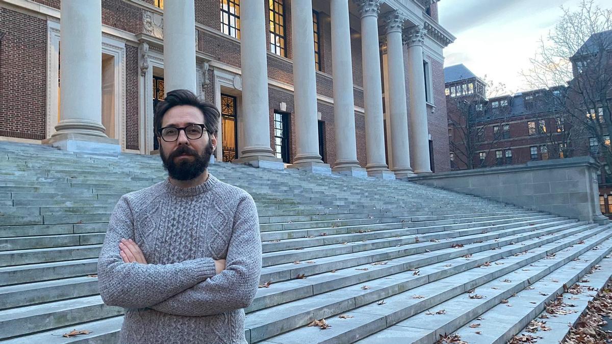 Elvis García, junto a la biblioteca de la universidad de Harvard.