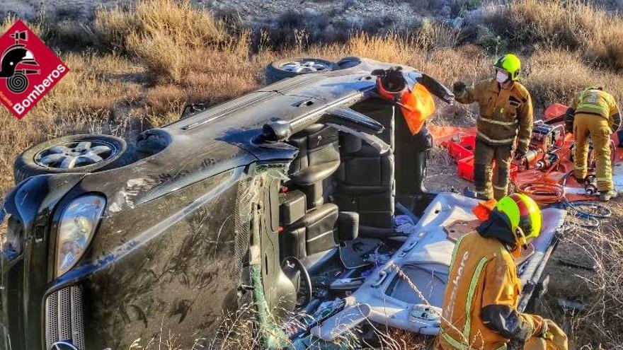 Un conductor herido en Novelda al salirse de la vía su vehículo y volcar en la CV-835