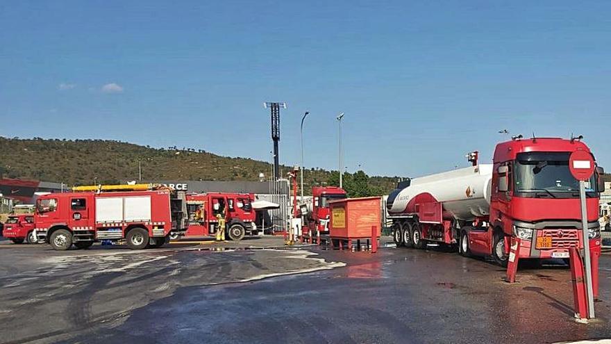 Un camió perd uns 6.000 litres de gasoil a la Jonquera